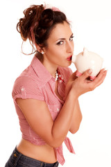 Frau küsst ihr Sparschwein