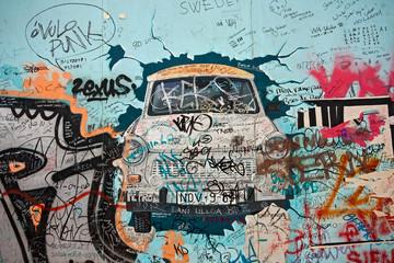 altes Trabbi-Graffiti an der Eastside-Gallery in Berlin, Germany
