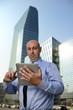 Uomo d'affari con tablet con gratacieli sullo sfondo