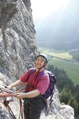 Frau beim Alpinklettern