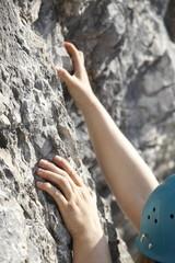 Frau klettert im Fels
