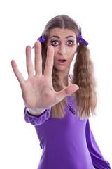 Eine Frau wehrt sich - isoliert mit der Hand vor dem Gesicht