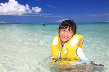 水辺で遊ぶ笑顔の女の子