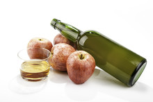 Manzanas junto a una botella de sidra natural