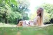 junge hübsche Frau im Park