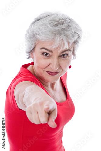 Grauhaarige Frau isoliert in Rot zeigt mit dem Zeigefinger