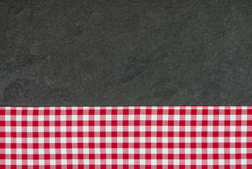 Schieferplatte mit einem rot karierten Tischtuch