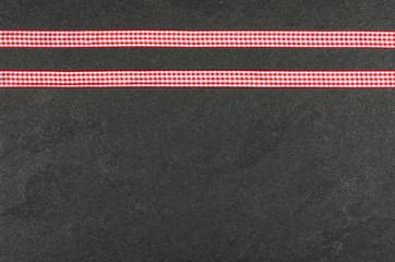 Schieferplatte mit karierten Geschenkbändern