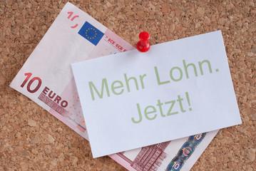 Schild: Mehr Lohn