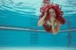 Junge Frau Unterwasser