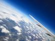 ala de avion y planeta tierra