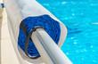 Leinwanddruck Bild - Enrouleur de bâche de piscine