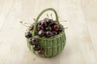 Cestino verde di ciliege rosse