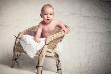 Baby auf Stuhl