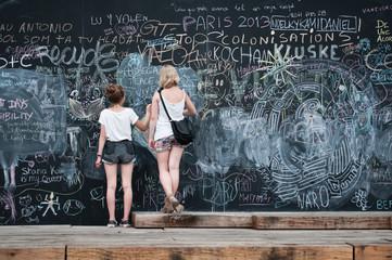 jeunes filles et tableau noir