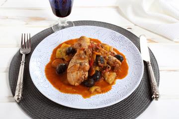 deliziosa carne pollo in salsa  con legumi su piatto di ceramica