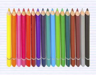 crayons de couleur sur fond de papier bloc-notes