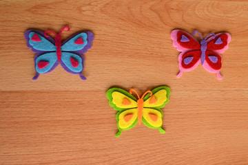 Mariposas de colores sobre fondo rústico de madera