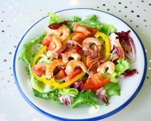 assiette de crevettes en salade de crudités