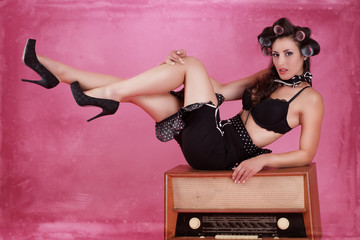 Pin up Girl mit Lockenwickler und Radio