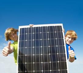 Kinder mit Solarplatte