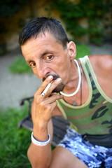 portrait d'un jeune homme qui fume une cigarette