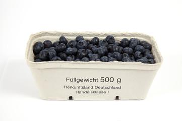 500 Gramm Blaubeeren aus Deutschland auf weiß isoliert