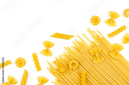 Verschiede Pastasorten auf einem weißen Hintergrund - 54623521