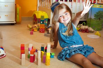 Bambina sorridente gioca in cameretta#2
