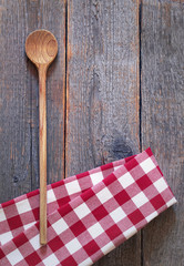 Holzkochlöffel mit rotweissem Tuch
