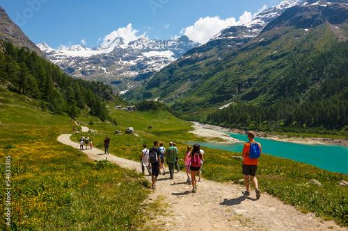 Passeggiata in montagna tra amici