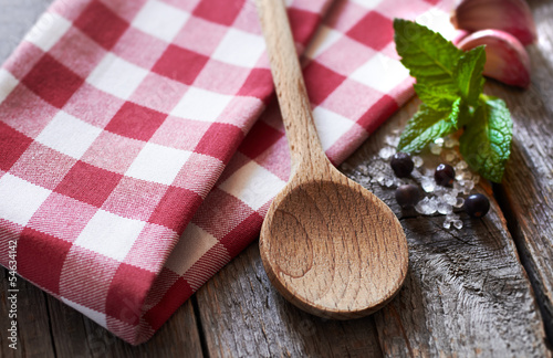 Holzlöffel mit Tuch und Gewürzen