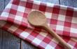 Holzlöffel mit Geschirrtuch