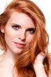canvas print picture - attraktive junge frau mit roten haaren und sommersprossen