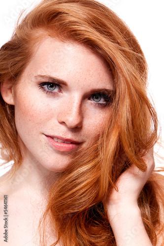 canvas print picture attraktive junge frau mit roten haaren und sommersprossen