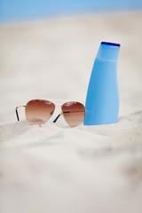 sonnenschutz im urlaub am strand sonnenbrille und sonnencreme