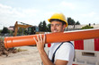 Bauarbeiter mit Wasserrohr