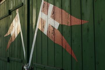 Dänische Flaggen auf Rettungsbootschuppen