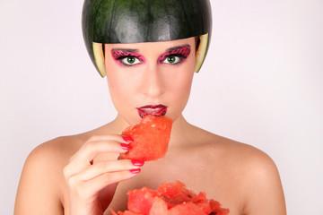 Mujer guapa comiendo sandia