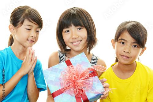 プレゼントをtもつ女の子