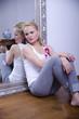 Blonde Frau im Spiegel