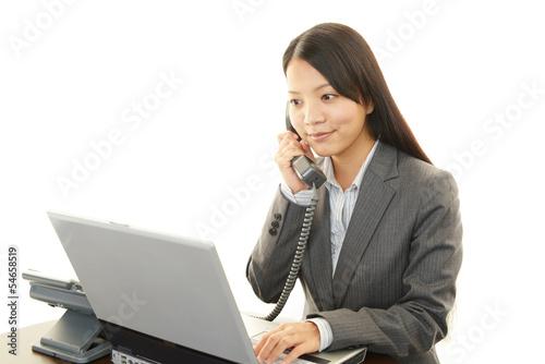 電話対応をする女子社員