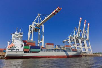 Frachtschiff-Feeder bei Containerverladung