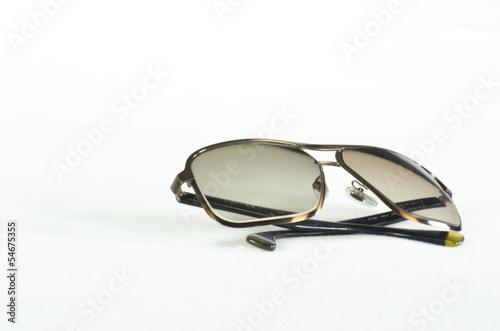 lentes oscuros en fondo blanco