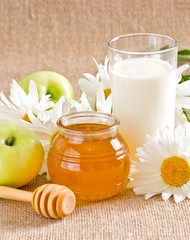 Honey with apples and milk