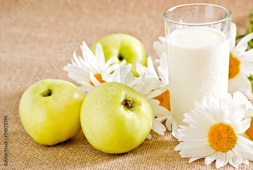 Apples, milk and daisies