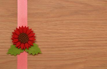 Flor roja sobre fondo rústico de madera