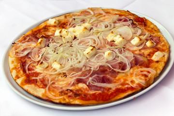 Salami Pizza mit ZWIEBELN