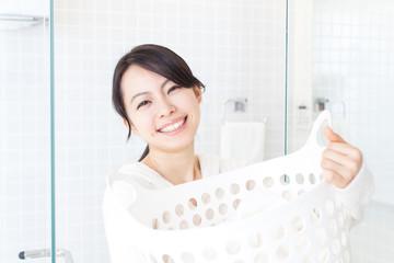 洗濯かごを持った女性