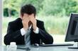verzweifelter mann im büro